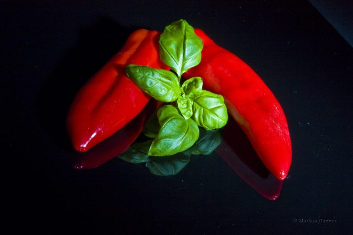 Roter Paprika mit Basilikum. © Markus Danner