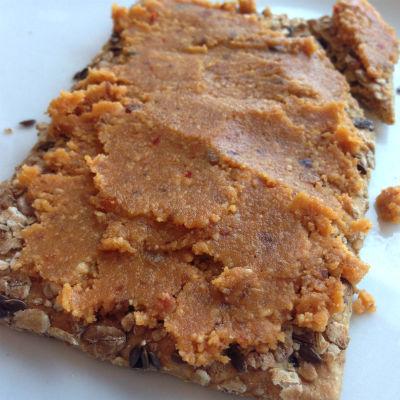 Gezond beleg: zelfgemaakte pindakaas recept van Biolicious