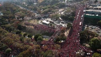Multidão acompanha o cortejo fúnebre de Hugo Chávez. Crédito: nationalturk.com