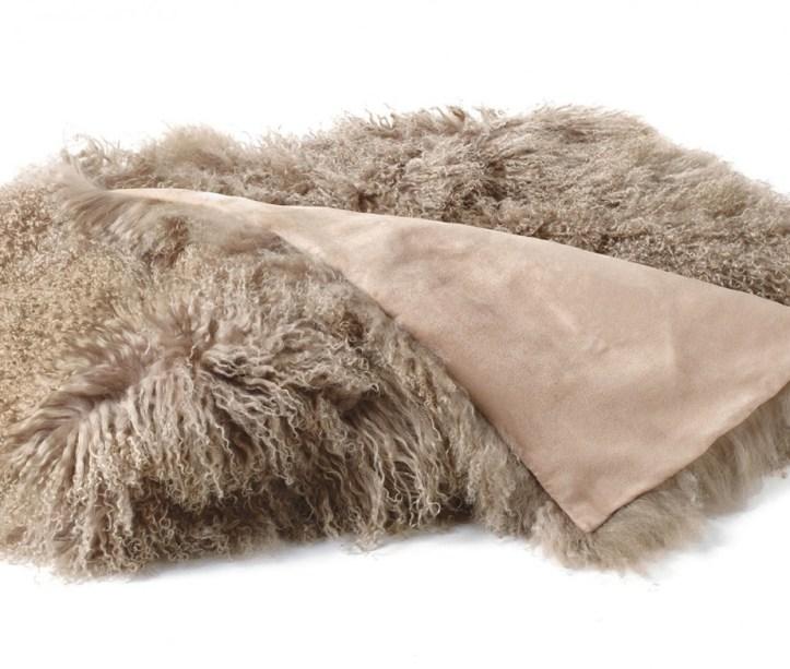 1.218 Retirer une tache de colle sur des poils ou de la peau de chèvre ou de mouton
