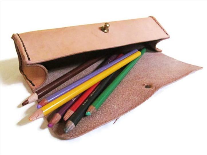 1.540 Taches d_encre de stylos-feutres et marqueurs sur du cuir