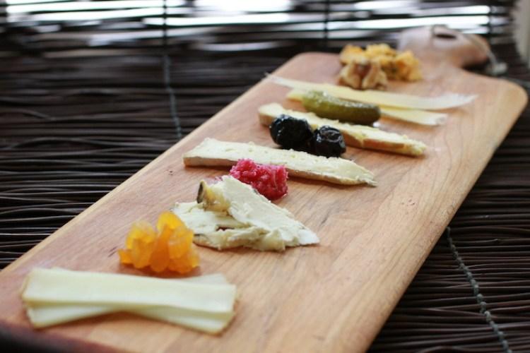 стол с разными видами сыра