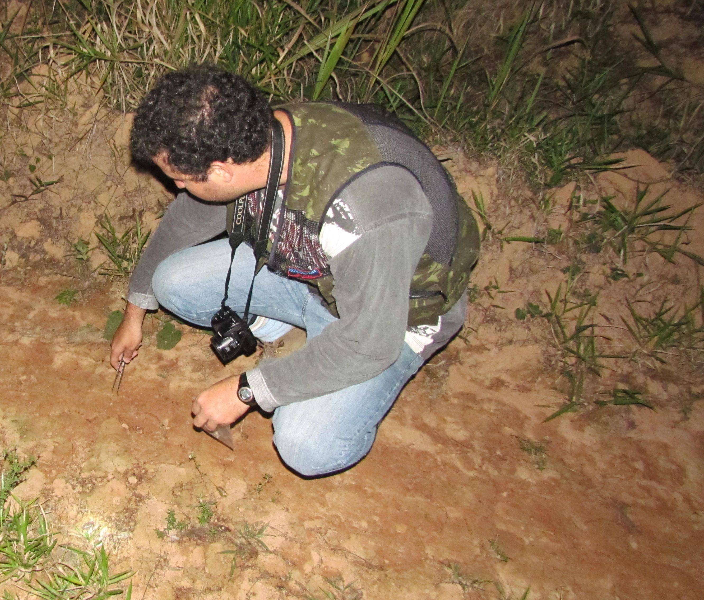 Marcelo Magioli collecting samples.