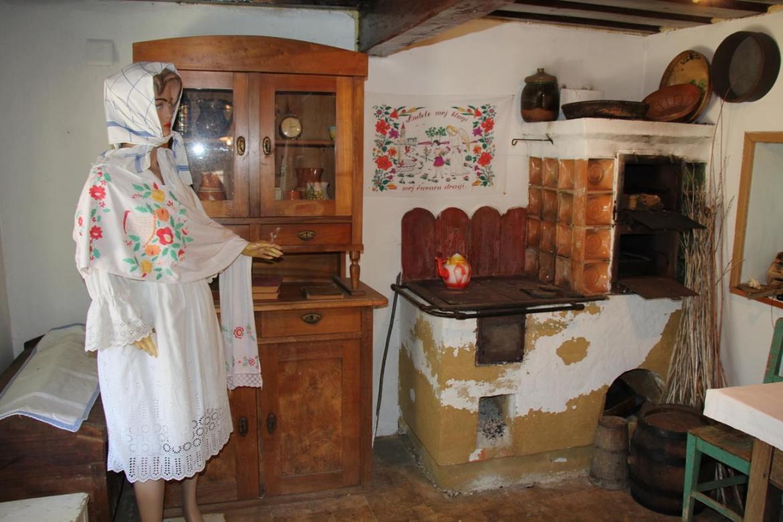Unutrašnjost zagorske hiže. Platno i odjevni predmeti na slici izrađeni su od konoplje.
