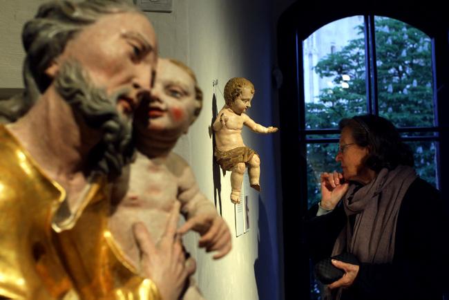 Posjetiteljica pred kipom anđela.
