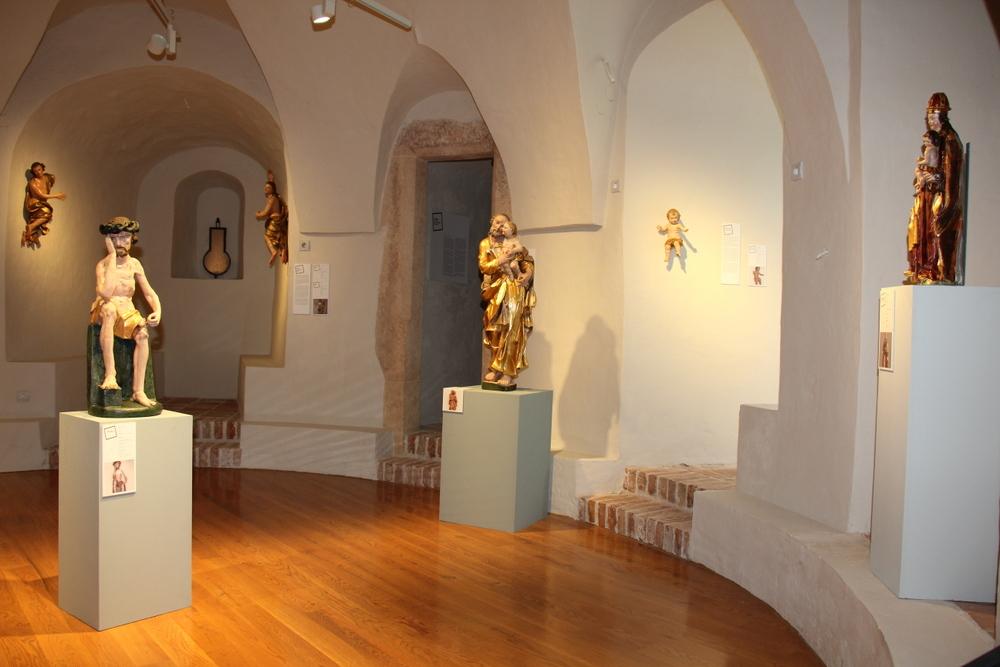 Unutrašnjost Domitrovićeve kule s postavom izložbe.