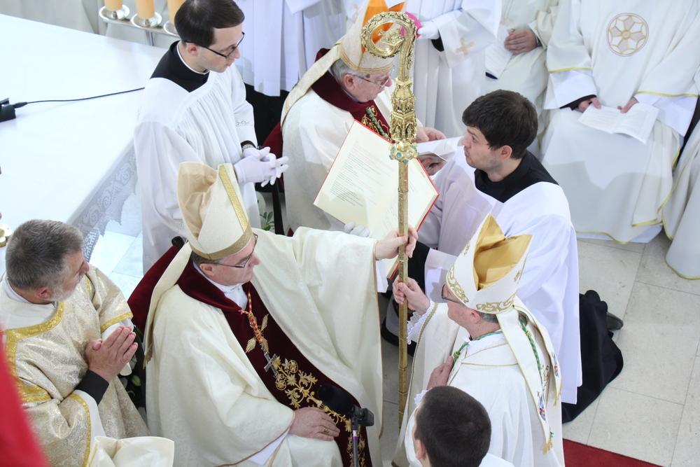 Zareditelj kardinal Bozanić predaje biskupski štap (pastoral) biskupu Križiću.
