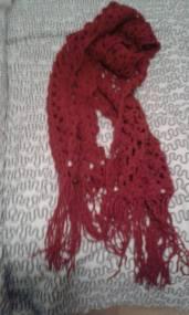 vacker virkad halsduk i rött akrylgarn säljes för 300kr