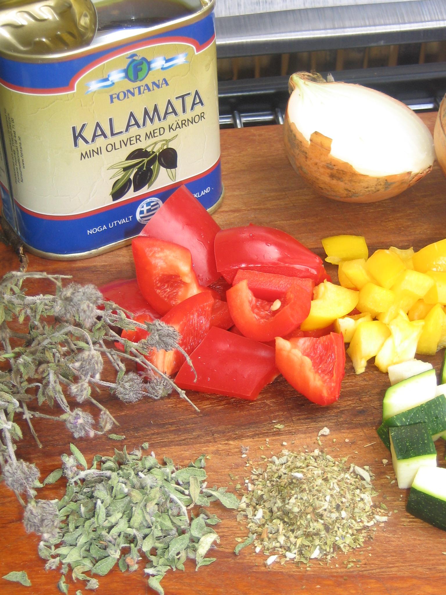 Hacka grönsakerna i jämnstora bitar