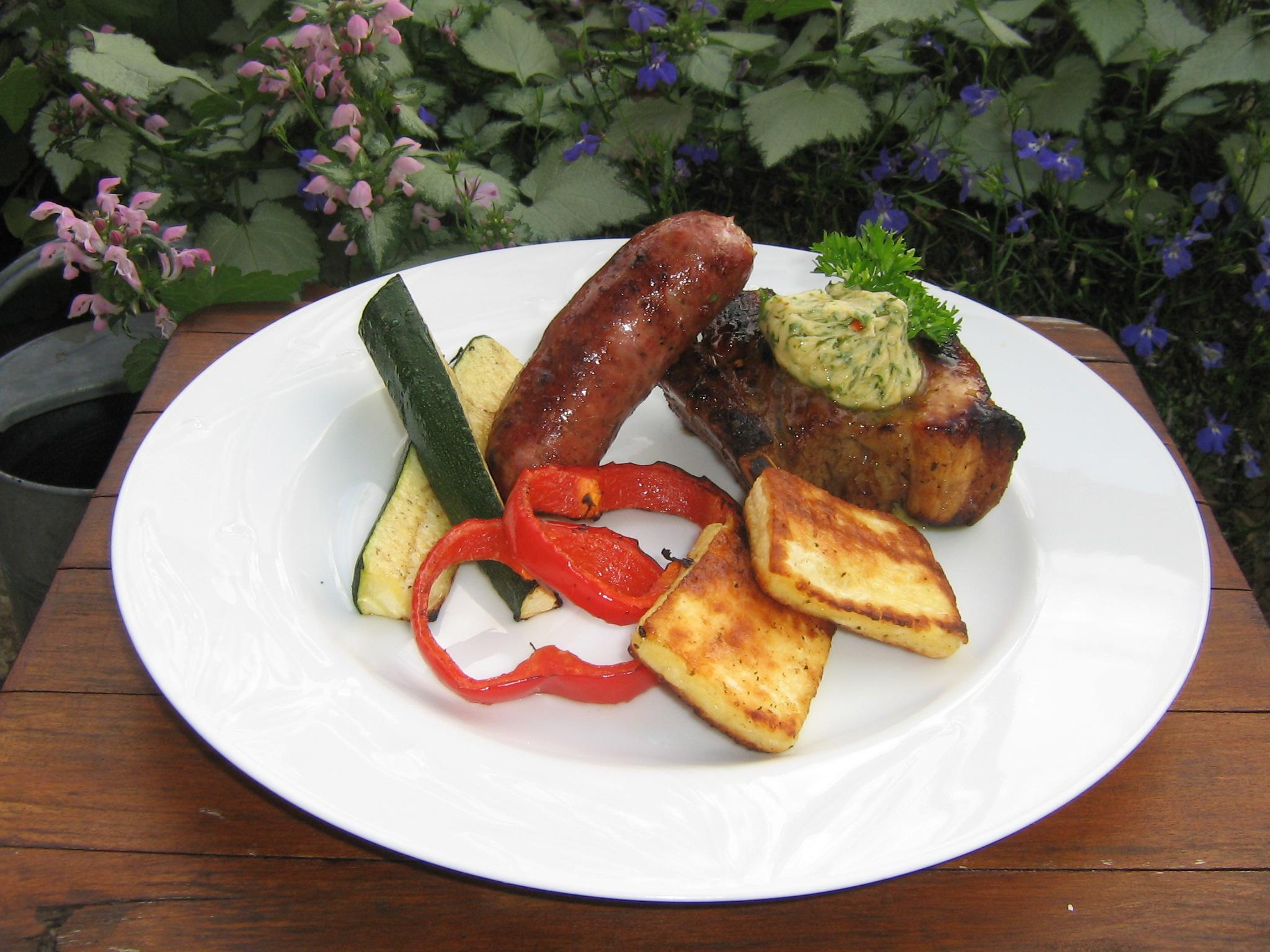 Grillade tjocka Revbensspjäll, Salsiccia från Toscana, Halloumi från Oviken Ost serverat med grillade Grönsaker och Vitlökssmör