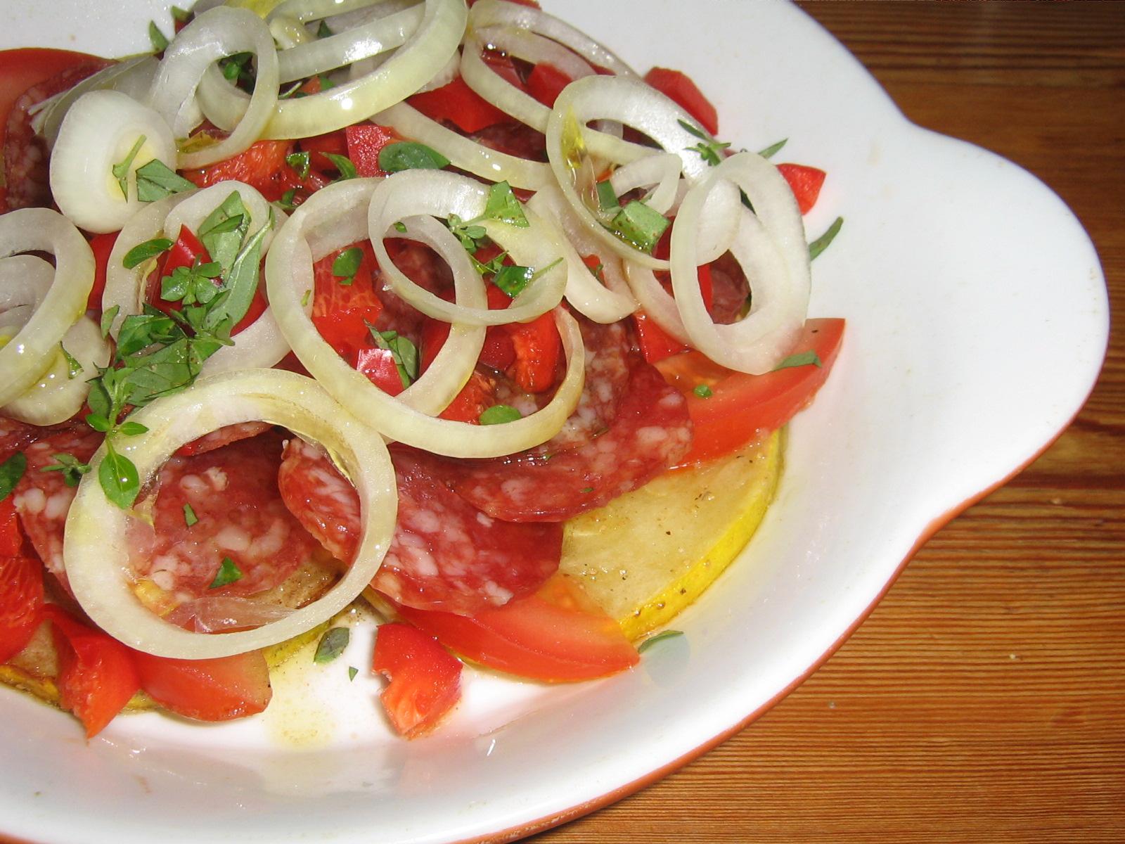 Pizza Low-carb med Salami, Lök, Zucchini och Tomat
