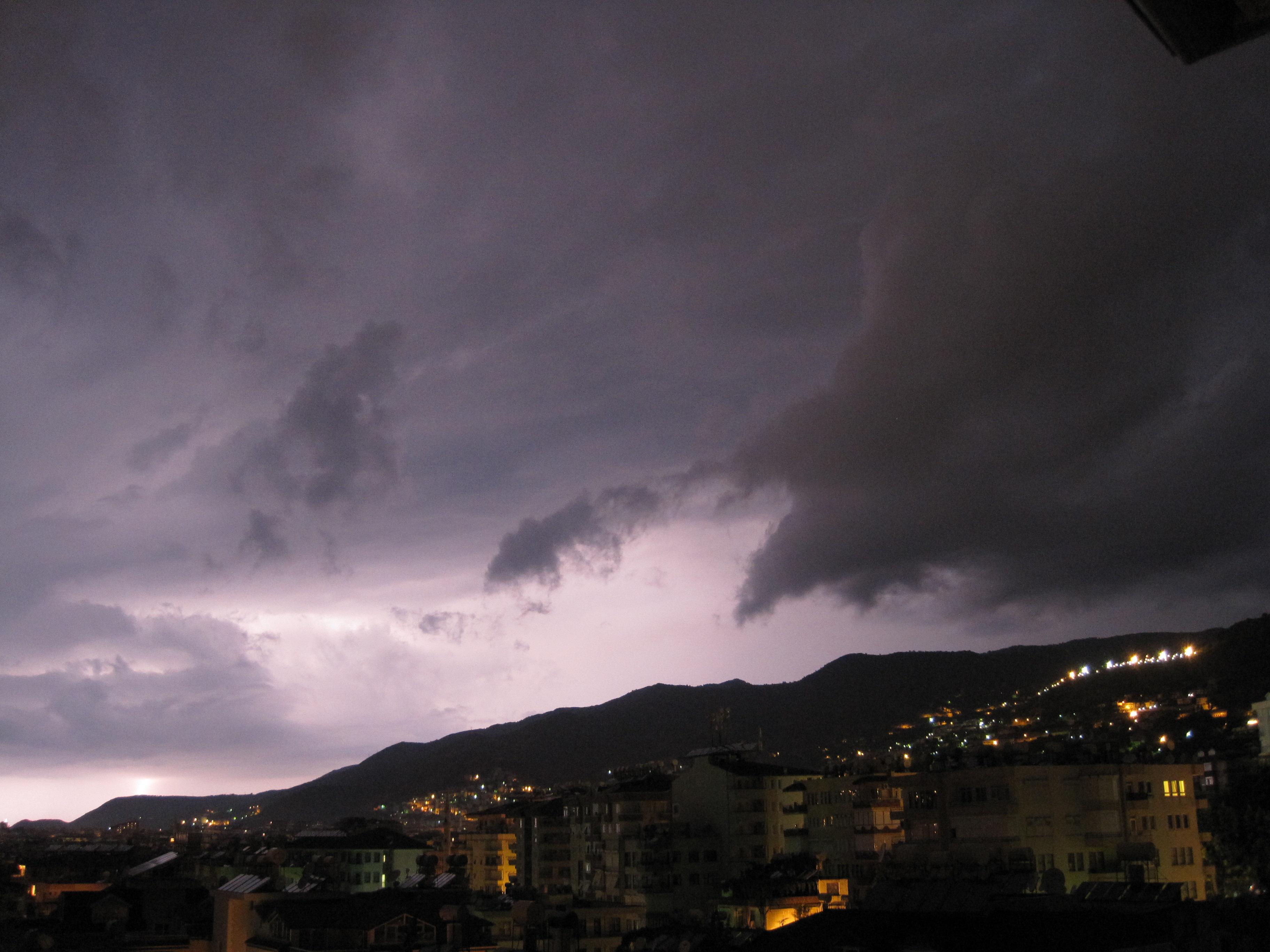 Åskväder en tidig morgon över Alanya, Turkiet