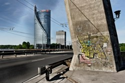 Bild: Der moderne Swedbank Tower mit der schon etwas maroden Vanšu Brücke in Riga.