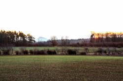 Bild: Die Pyramide des Thälmannschachtes an einem Wintermorgen. NIKON D90 mit AF-S DX NIKKOR 18-200 mm 1:3.5-5.6G ED VR Ⅱ. LOMOGRAPHY REDSCALE 100.
