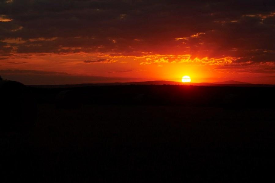 Bild: Sonnenuntergang auf dem Windmühlskopf zwischen Greifenhagen und Bräunrode. NIKON D700 und AF-S NIKKOR 24-120 mm 1:4G ED VR.