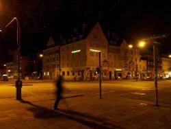 Bild: An der Kreuzung Agnes-Bernauer-Straße / Fürstenrieder Straße in München. OLYMPUS OM-D E-M5 mit M.Zuiko Digital 12-50mm 1:3.5-6.3 EZ. ISO 6400 ¦ f/9 ¦ 13 mm ¦ 1/5 s ¦ kein Blitz. Klicken Sie auf das Bild um es zu vergrößern.