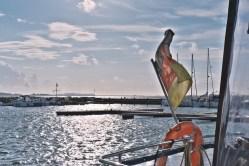 Bild: Beflaggt - Im Hafen von Wiek auf der Insel Rügen. Im Hintergrund des Fotos ist der Dornbusch von Hiddensee mit dem Leuchtturm zu sehen. NIKON D700 mit TAMRON SP 24-70mm F/2.8 Di VC USD. ISO 200 ¦ f/9 ¦ 50 mm ¦ 1/6400 s ¦ kein Blitz. Klicken Sie auf das Bild um es zu vergrößern.