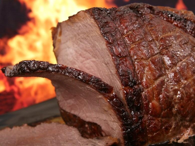 Reaksi maillard terjadi ketika asam amino dalam daging bereaksi dengan mengurangi gula untuk membentuk warna dan rasa. Ketika daging dimasak,itu mengubah warna dan rasa juga. Fenomena perubahan warna ini diambil untuk pertanda bahwa daging sudah masak , tetapi ini sebenarnya adalah hasil dari reaksi kimia ketika suhu daging meningkat.