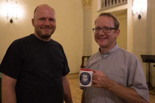 """Die """"bisansmittelmeer"""" Tasse wird von Axel Büker an den Pfarrer der Schottischen Mission übergeben"""
