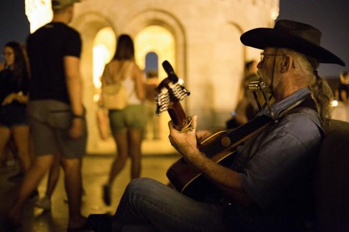 Dieser Musiker begeisterte viele Menschen auf dem Burgberg, auf dem sich das größte Gebäude Ungarns befindet