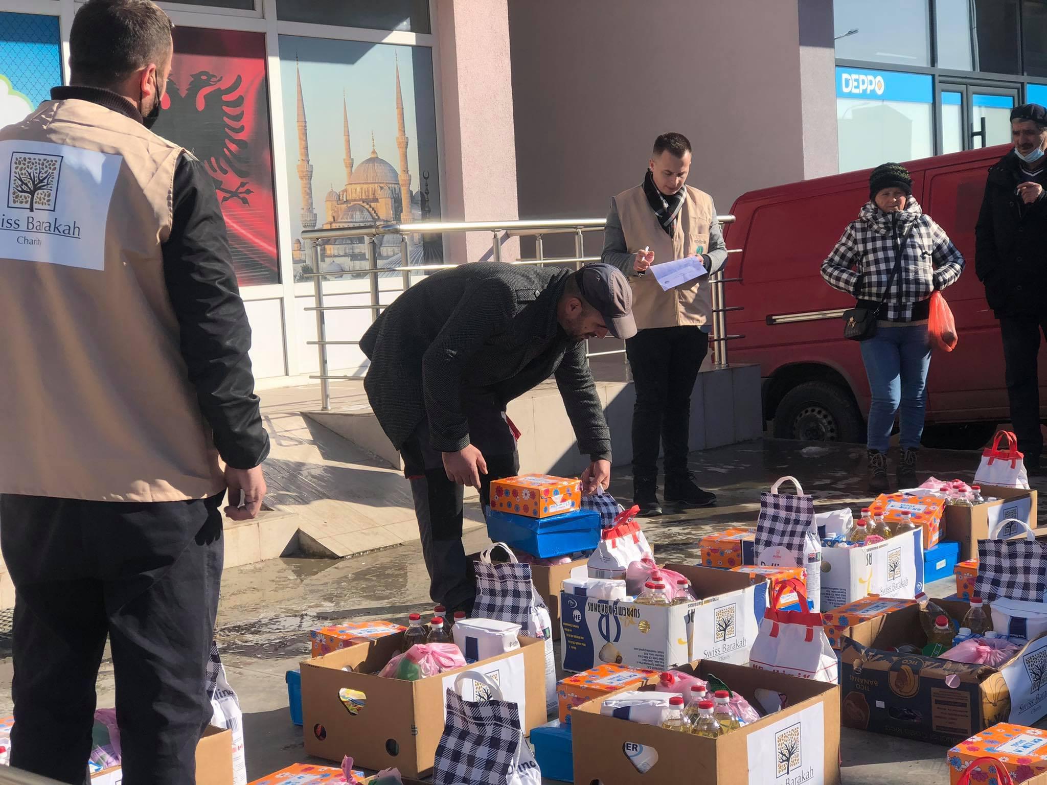 """""""Bereqeti"""" në bashkëpunim me """"Swiss Barakah"""" shpërndanë pako ushqimore në Podujevë"""