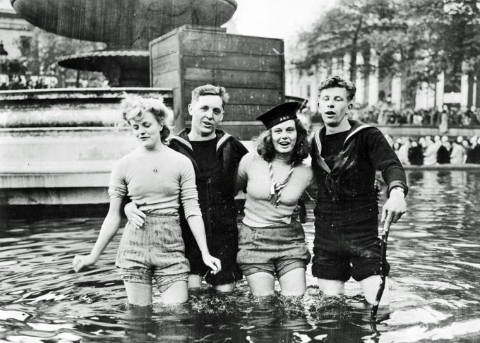 VE Day, girls in the fountain