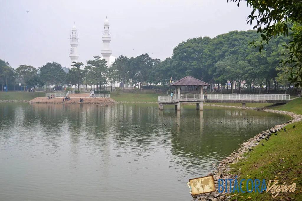 El Parque de Seremban 2 se llena de gente haciendo ejercicio, descansando y alimentando a los peces del lago