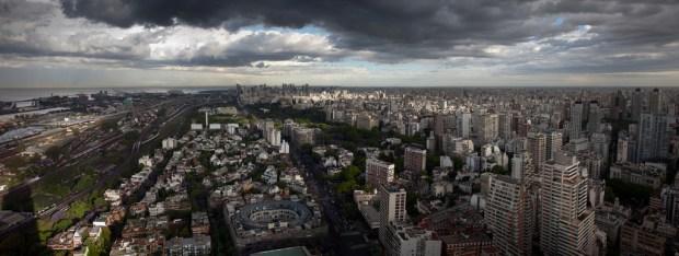 """Buenos Aires Skyline in Color"" von Jimmy Baikovicius via flickr.com. Lizenz: Creative Commons"