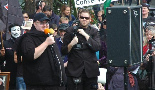 """Kim Dotcom addresses the crowd"". Foto von Peter Harrison via flickr.com. Lizenz: Creative Commons"