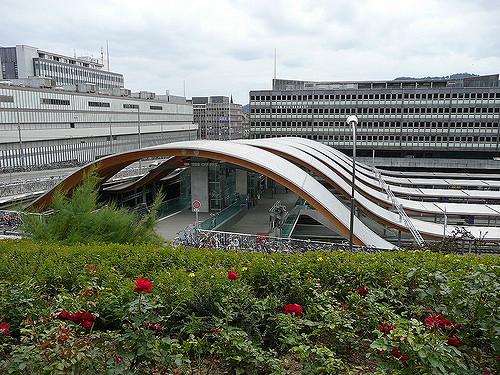 Und auch am Bahnhof in Bern kann man ... ihr wisst schon was kaufen! Bild von Metro Centric via flickr.com. Lizenz: Creative Commons
