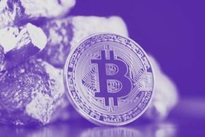 Bitcoin (BTC) und Gold: Oft werden die beiden bzgl. des Store of Value verglichen. Beide Assets können zur Wertspeicherung genutzt werden. Dabei ist Bitcoin einfacher zu transportieren und zu verkaufen, dafür aber Volatiler im Preis. Gold ist der traditionelle Save Habour, allerdings nicht so dynamisch wie Bitcoin. Das Bild zeigt einen Bitcoin vor Gold Stücken.