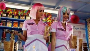 25129970_two-scoops-guarda-il-corto-di-robert-rodriguez-tra-sexy-girls-gelati-alieni-0