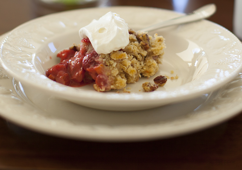 strawberry rhubarb crisp - bitebymichelle.com