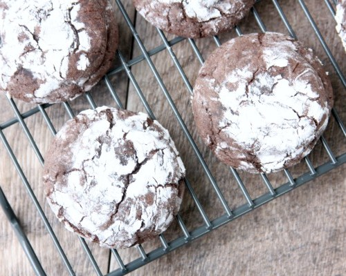 Chocolate Peppermint Crinkle Cookies are a simple and delicious cookie that will blow your chocolate and peppermint loving mind!
