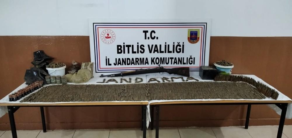 Bitlis'te teröristlere ait silah, kına ve ağda ele geçirildi
