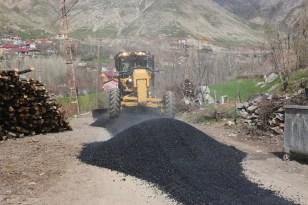Bitlis'te kış aylarında bozulan yollar belediye ekipleri tarafından onarılmaya başlandı