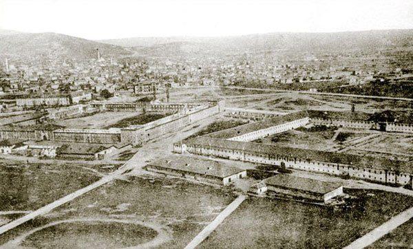 Од десно кон лево - Бела, Црвена касарна и горе лево - Воено училиште (денес Музеј Битола)