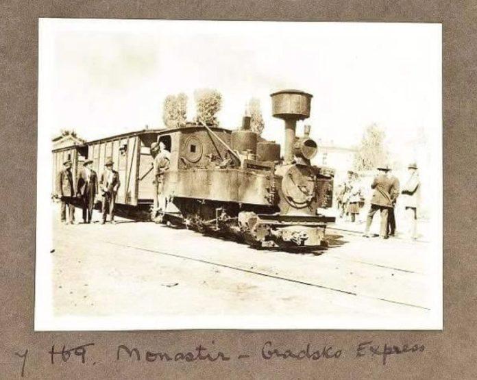 """Фотографија од малиот воз-""""Монастир-Градско Експрес"""" снимен некаде меѓу овие две станици. Фотографијата е од 1923 година а автор на истата е: Margaret Masson Hasluck University Collage London, United Kingdom"""