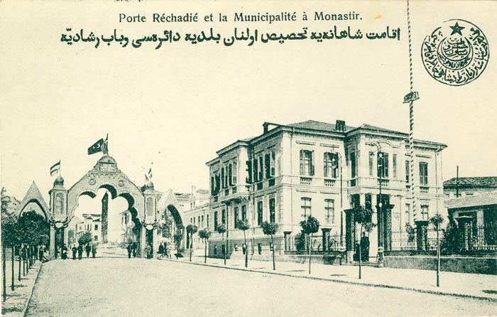Триумфалната капија на Султанот Мехмед Решат V, подигната во негова чест до општинската зграда, која беше негова разиденција за време на престојот. Капијата остана сé до 1913 година а можеби и подоцна.