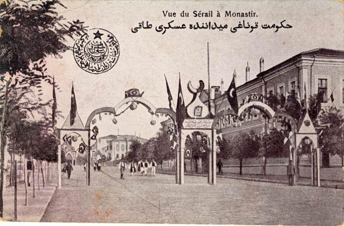 """Втората капија во чест на султанот Решад пред зградата на """"хуќуматот"""" во 1911 година. Постоеше и трета капија на влезот во Битола од Ресен и една (четврта) пред железничката станица при пречекот на султанот."""
