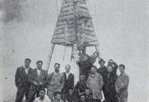 Историска снимка од удирањето на темелникот на ТВ во СРМ во 1958 година на врвот Пелистер