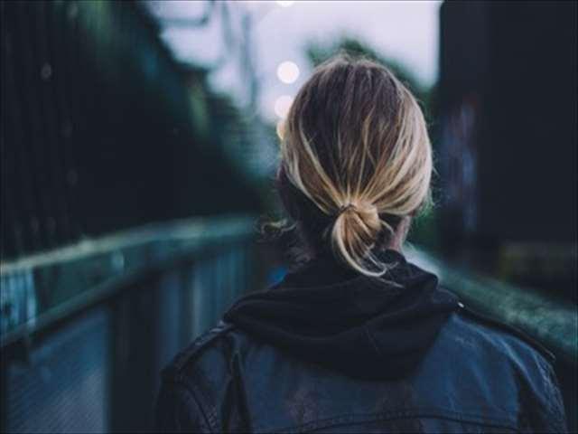 遠くを見ている女性の姿
