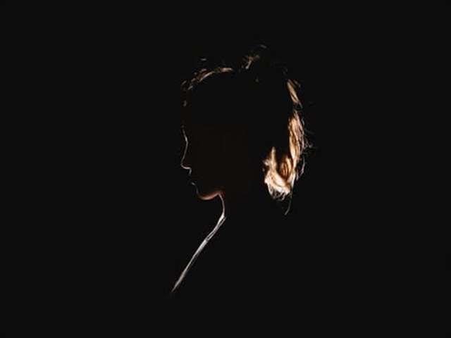暗闇女性の横顔