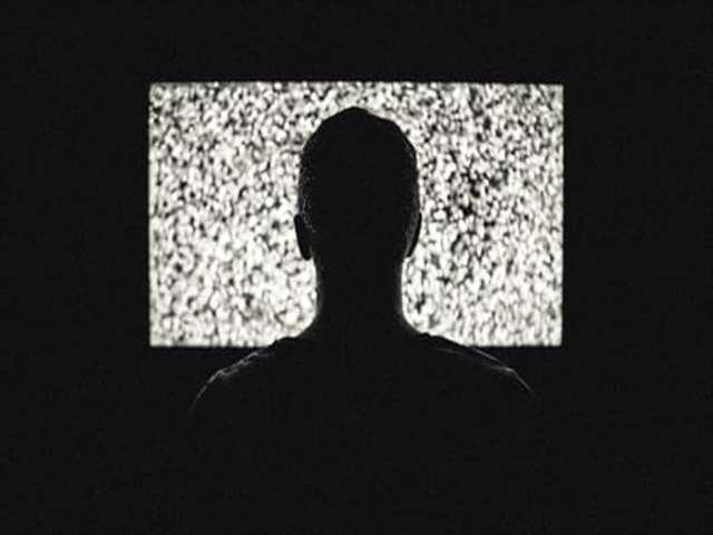 男性がテレビを見る
