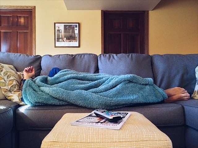 ソファーで横になる