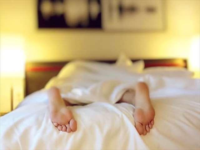 ベッドと足の裏