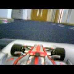 Lewis Hamilton pilota su MP4-24 con un Storm