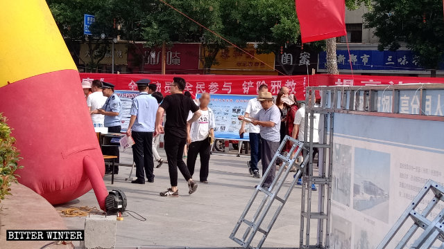 Police officers are distributing anti-CAG propaganda materials.