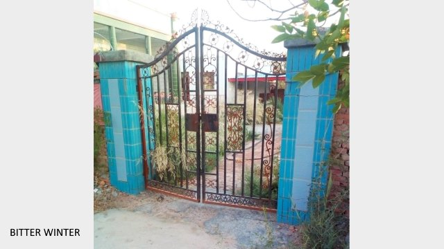 The gate of a mosque in No.1 Agricultural Company, 148th Regiment, Seventh Agricultural Division has been locked with chains. More than four months have passed since the mosque was shut down, and the courtyard has become overgrown with weeds.