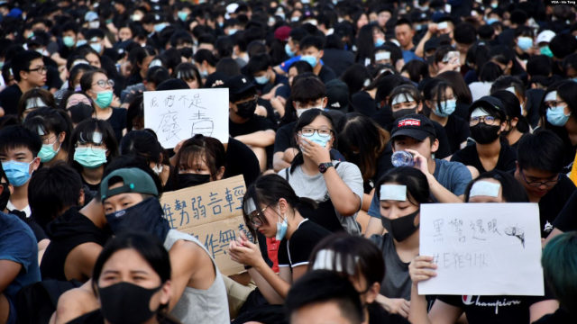 August 22, more than 1,000 Hong Kong middle school students participated in a strike. (Photo by VOA/Iris Tong)